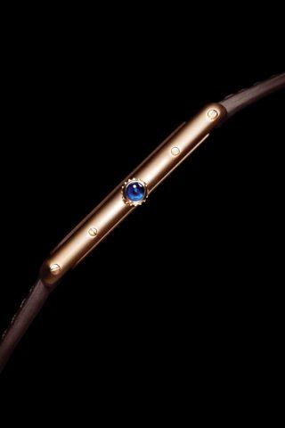 <strong>TANK腕錶的卓越設計—上鍊錶冠</strong><br>圓珠型或刻面錶冠鑲嵌一顆凸圓形藍色藍寶石。