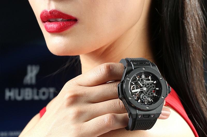 魔幻黑陶瓷傳遞時尚機械美學:HUBLOT BIG BANG MECA-10十日鍊魔力黑陶瓷腕錶