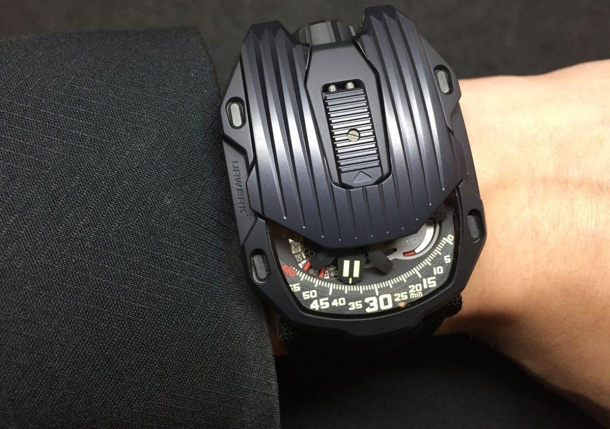 UR-105 CT Streamliner,鈦金屬及黑色PVD不鏽鋼錶殼,可掀式錶蓋,錶徑39.5 x 53毫米,翻轉式衛星小時、分、小秒盤、動力儲存顯示,UR 5.03自動上鍊機芯,動力儲存48小時,藍寶石水晶玻璃鏡面,防水30米,參考價:NTD 2,360,000。