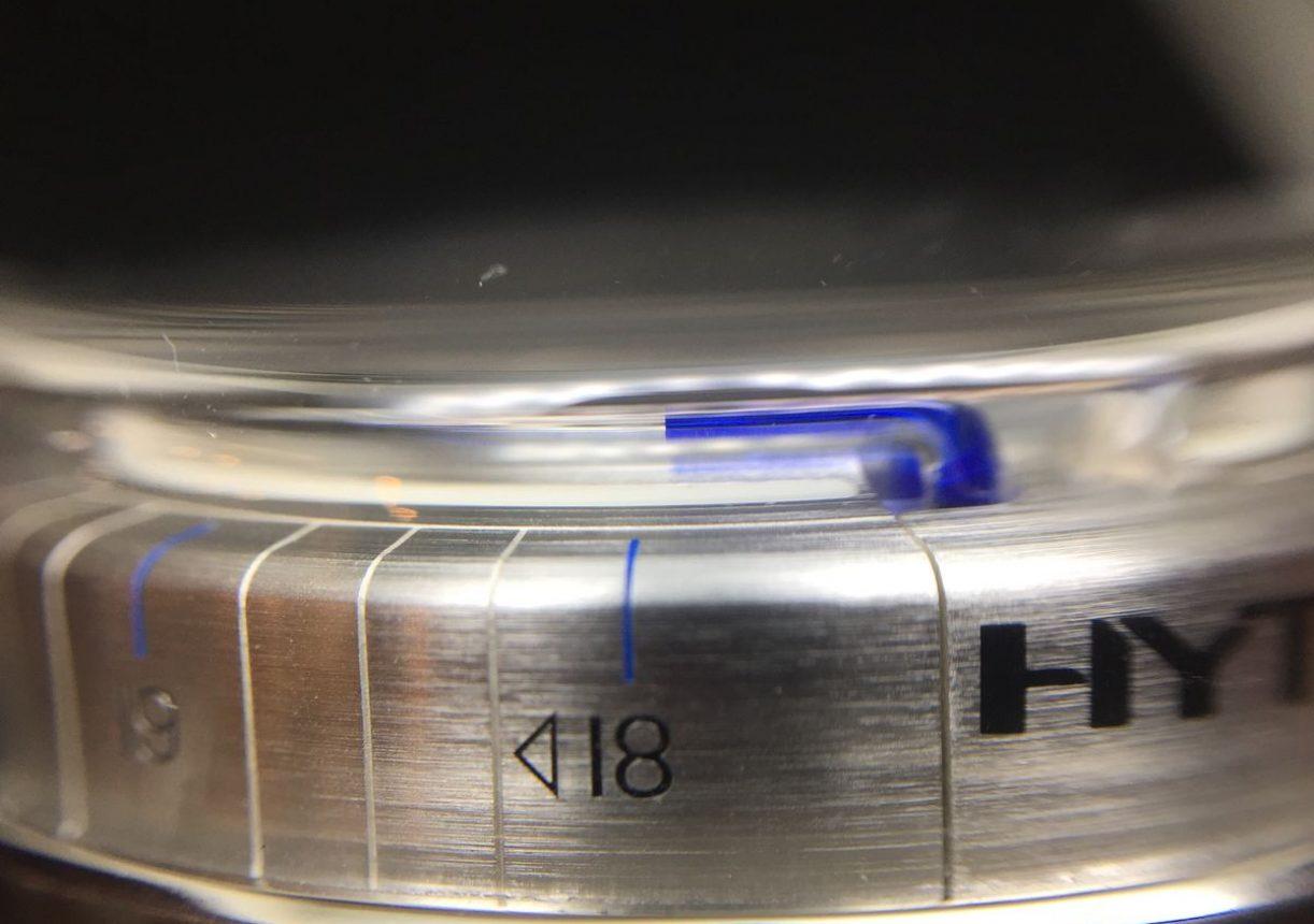 從錶殼側面也可看見玻璃管中的流體時間。