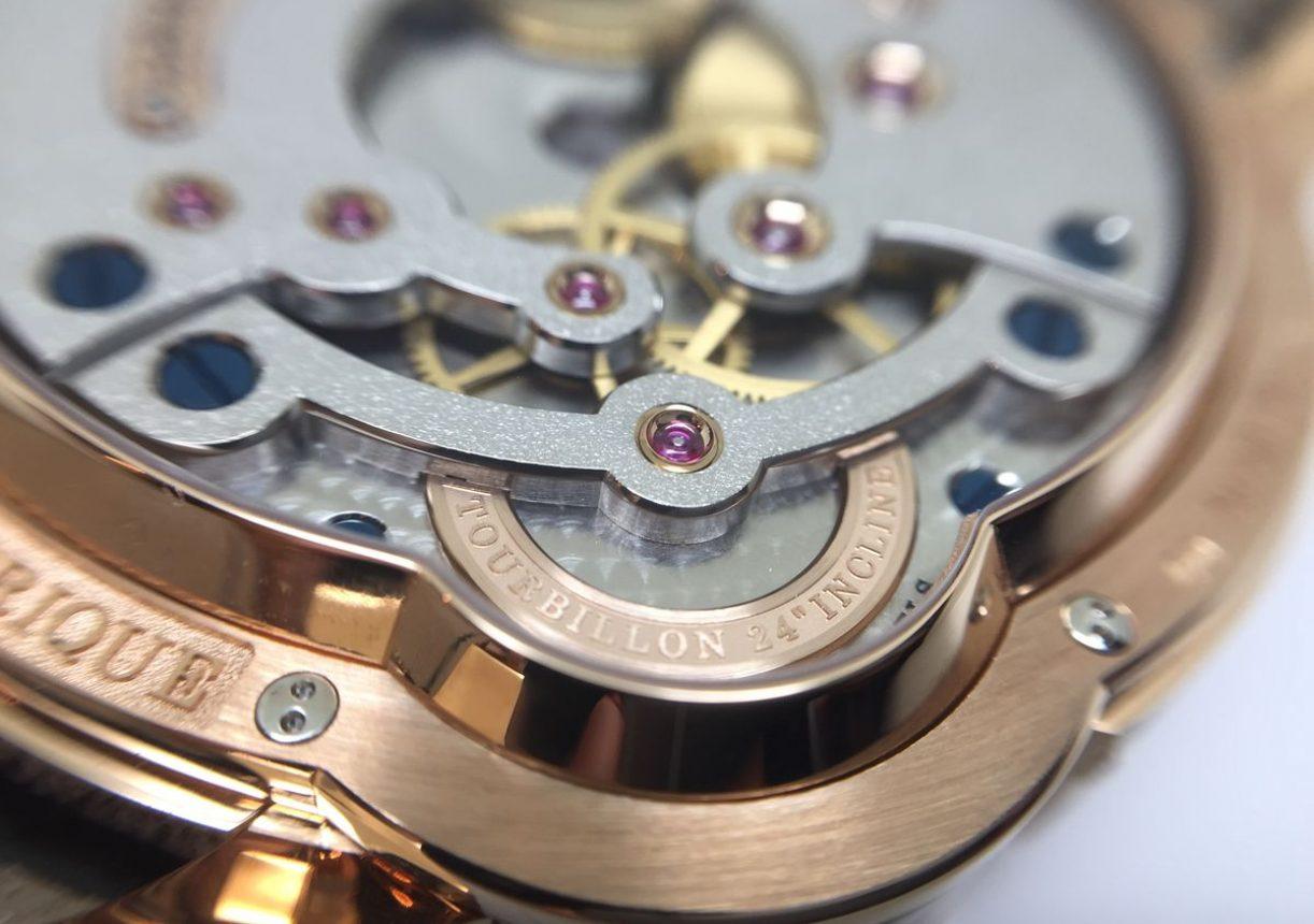 夾板與錶橋皆以精密的打磨修飾呈現。