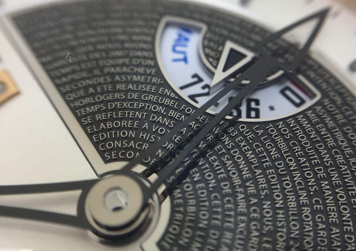 白金錶盤刻有品牌理念,採琺瑯燒製後在覆上藍寶石水晶。