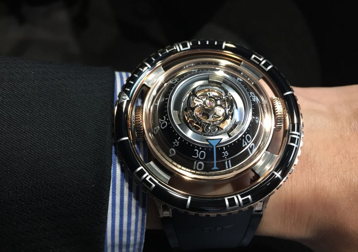 HM7 Aquapod,18K玫瑰金錶殼,錶徑53.8毫米,時、分、飛行陀飛輪、夜光顯示,立體結構自動上鍊機芯,動力儲存72小時,弧形藍寶石水晶玻璃鏡面及底蓋,防水50米,彈性橡膠錶帶,參考價:NTD 3,550,000。