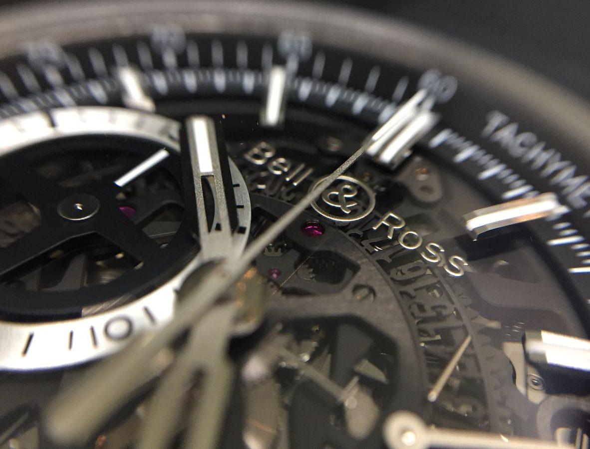 藍寶石水晶錶盤上附品牌標誌,有懸浮於空中的感覺。
