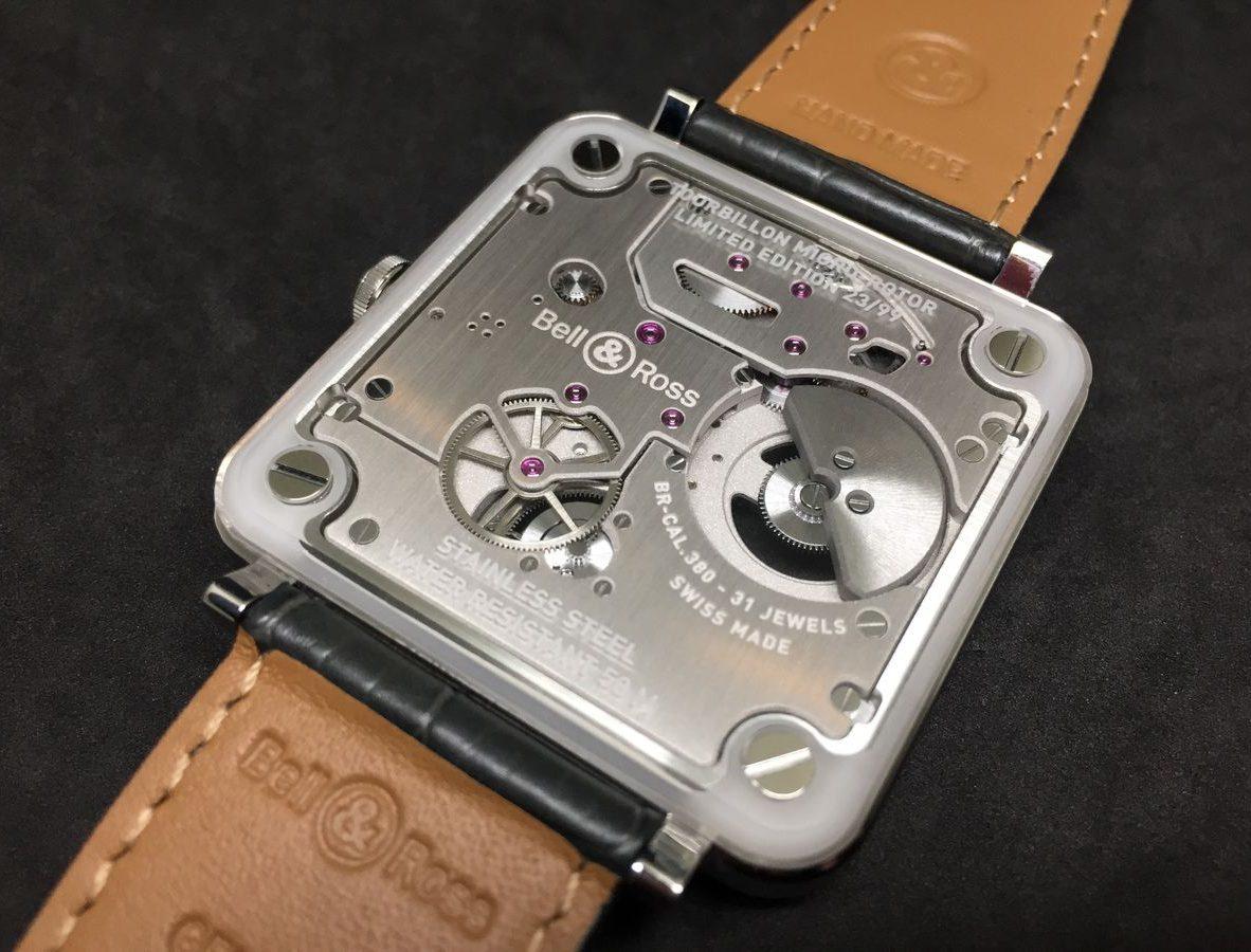 採微型自動盤,錶背可清楚看見機芯結構。