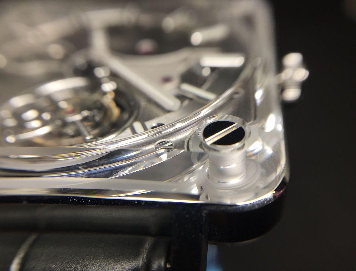 藍寶石水晶玻璃延伸至腕錶邊框,四個角落以螺絲固定。