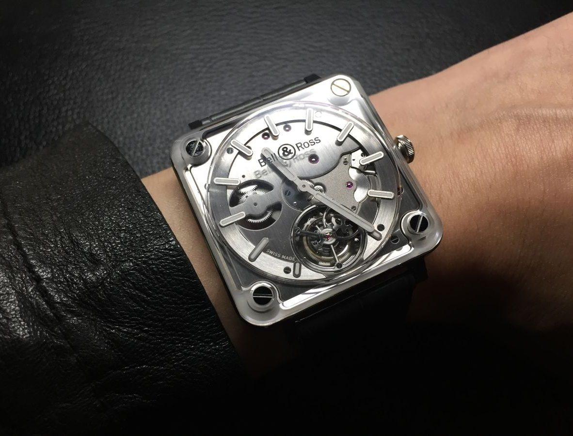 BR-X2 Tourbillon Micro-Rotor,不鏽鋼錶殼,白色陶瓷外框,錶徑42.5毫米,時、分、飛行陀飛輪、夜光指針及時標,BR-CAL. 380自動上鍊機芯,藍寶石水晶玻璃鏡面及底蓋,防水50米,鱷魚皮錶帶,限量99只,參考售價:NTD 2,200,000。