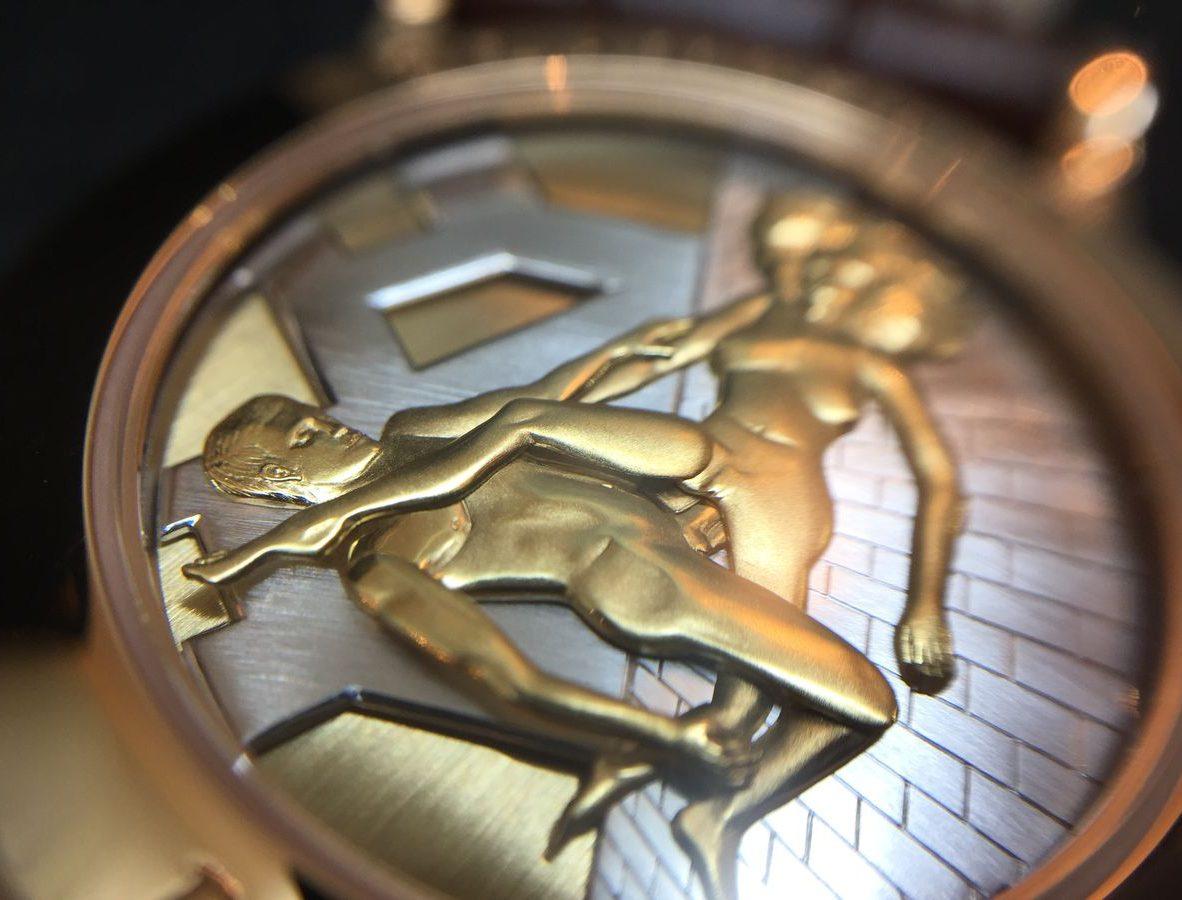 啟動三問報時功能,可見錶背活動金雕人偶栩栩如生的動作。