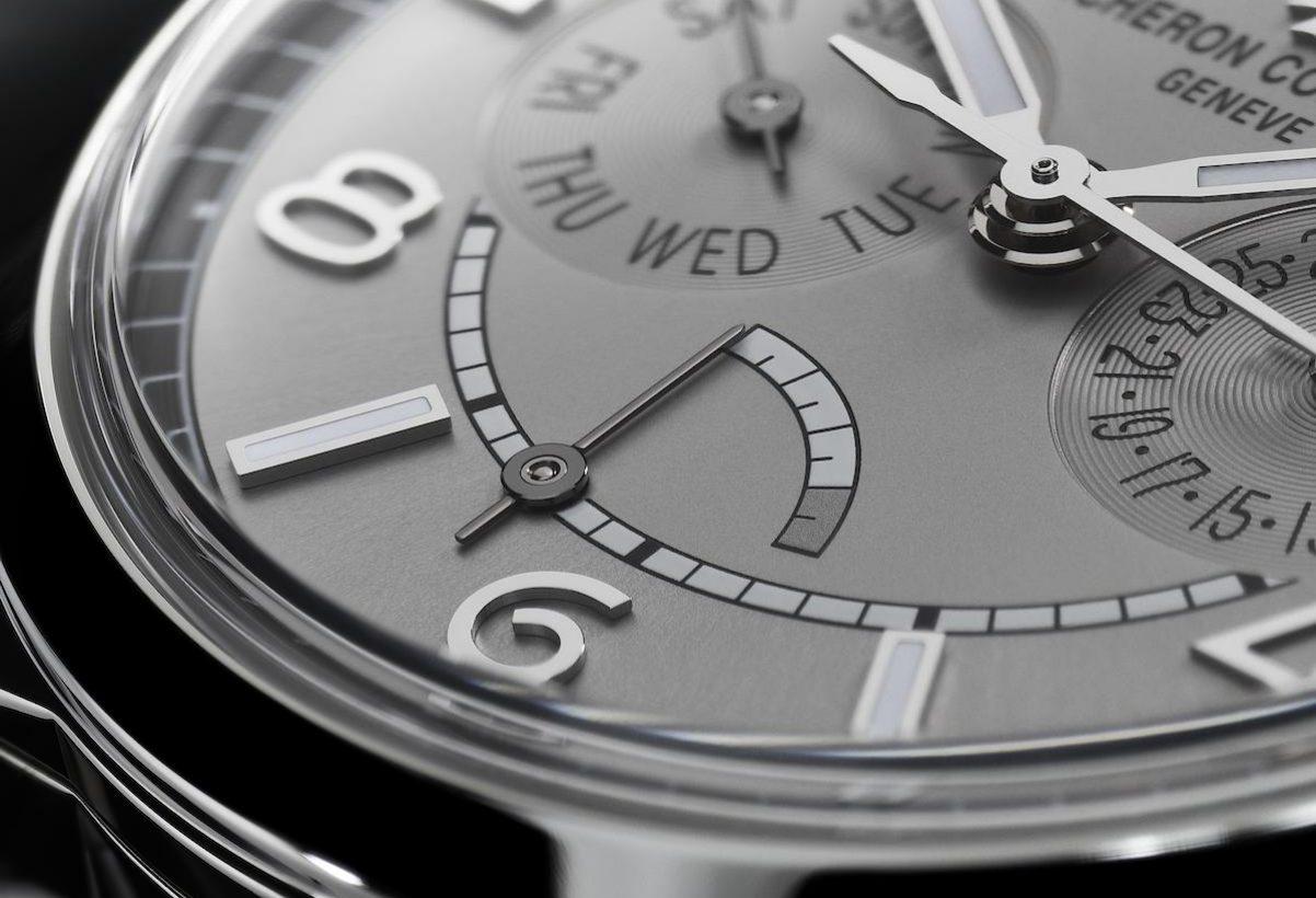 FIFTYSIX®星期日曆腕錶具動力儲存顯示,並以顆粒紋刻度表示即將耗盡的狀態。