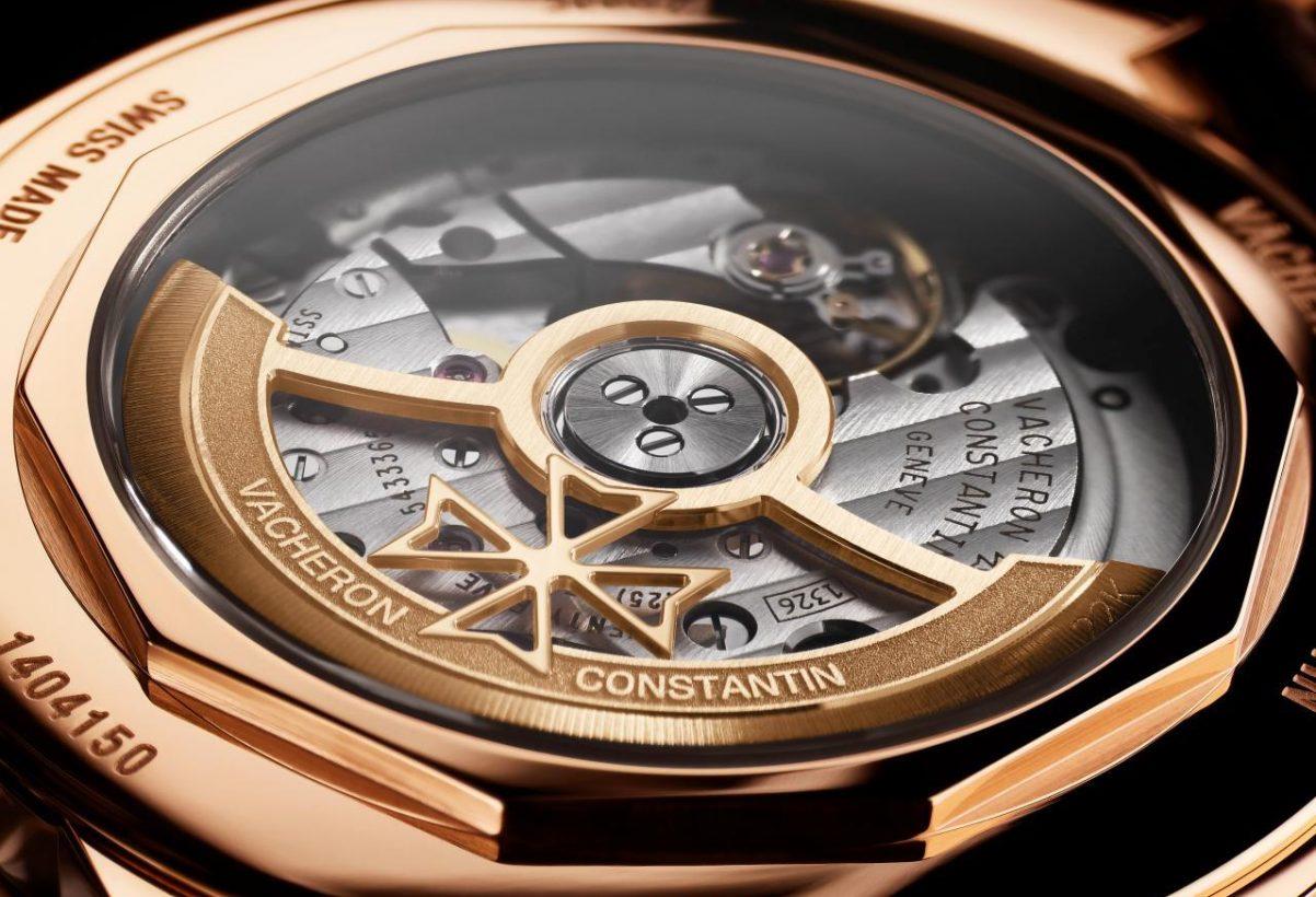 FIFTYSIX®自動上錬腕錶搭載新的1326機芯,由142個零件組成,採22K金鏤空馬爾他十字自動盤。