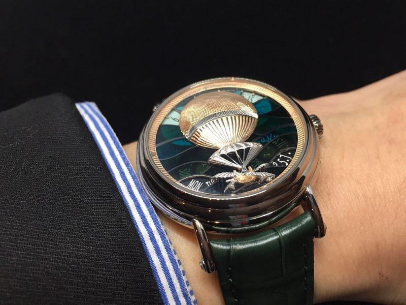 江詩丹頓Métiers d'Art藝術大師系列Les Aérostiers熱氣球腕錶除精緻細膩的雕飾技藝(bas-relief engraving,ramolayage)外,錶盤還採用了鏤空琺瑯工藝(plique-à-jour)。