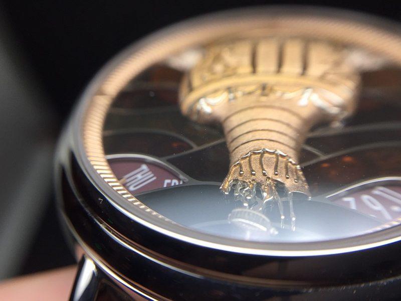 Métiers d'Art藝術大師系列Les Aérostiers熱氣球腕錶的金雕面盤細節極其講究,連熱氣球上即將斷裂的纜繩都清晰可見。