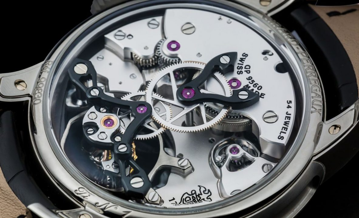 把錶盤鏤空並透過6點鐘方向連通機芯正反面的空間,使聲音擁有更大的迴響效果。