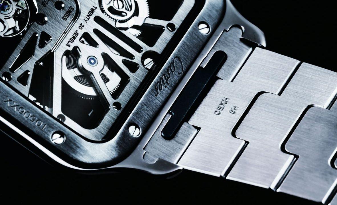 新款的Santos採用「QuickSwitch」錶帶快拆裝置,只要從錶背操作機關便能輕鬆拆卸錶帶。