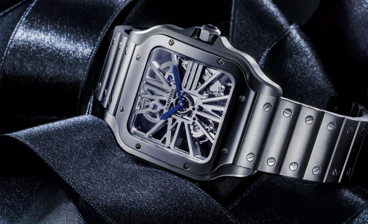 Santos de Cartier鏤空腕錶:不鏽鋼錶殼,錶徑39.8毫米,時、分,9611 MC型手動上鍊機芯,動力儲存72小時,藍寶石水晶玻璃鏡面及底蓋,防水100米,不鏽鋼鍊帶,具錶帶及鍊結快拆設計,另附深藍色鱷魚皮錶帶,參考售價:NTD 850,000。