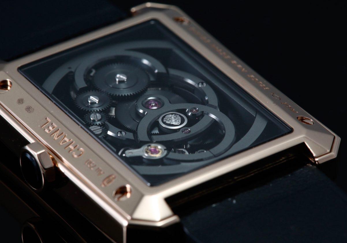 錶背可見Chanel自製機芯專屬的獅子標誌。