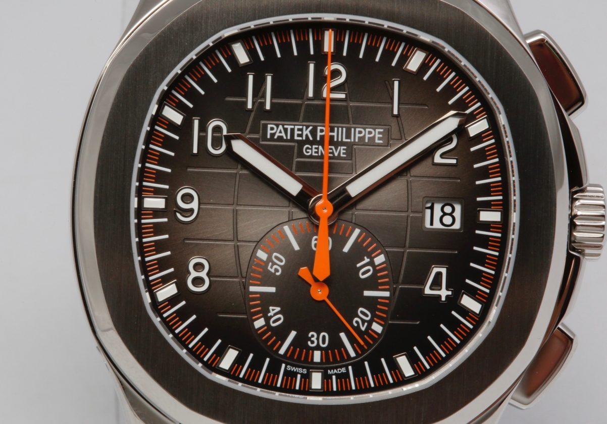中央計時秒針、1/4秒刻度、60分鐘計時盤指針及刻度皆採用鮮明的橘色。