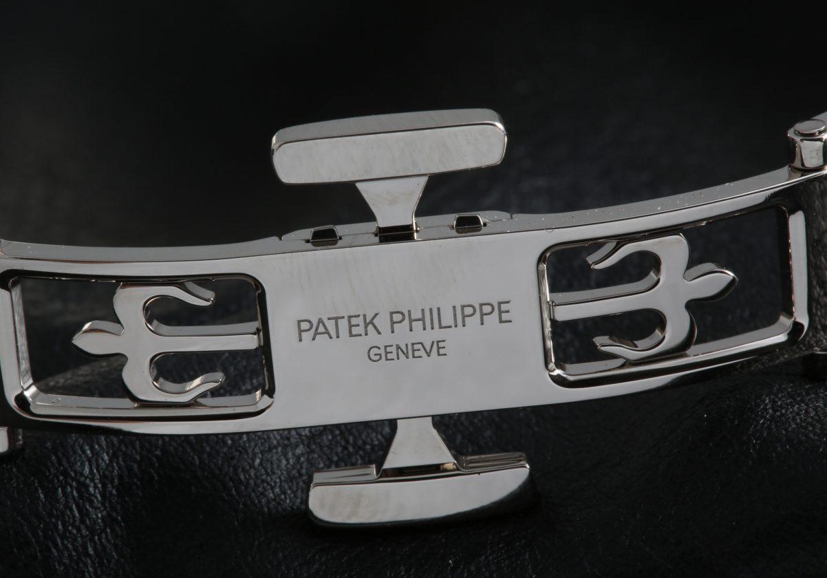 採用全新Calatrava十字造型錶扣。