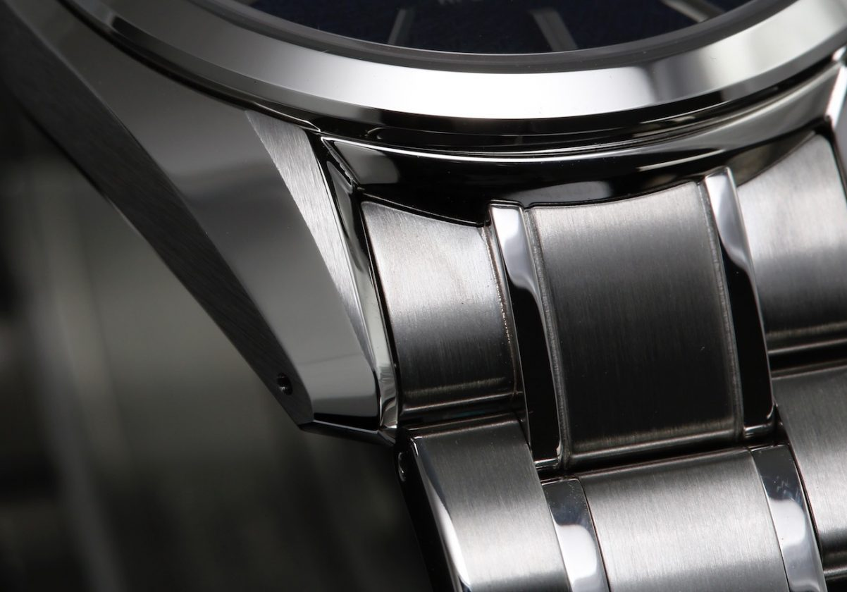 錶耳處以全新的切邊線條呈現三角形霧面拋光,極為細緻。