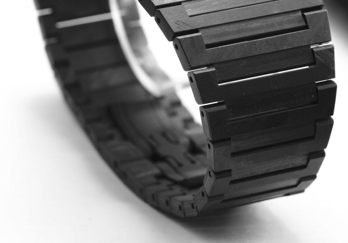 不僅錶殼,新款Octo超薄三問腕錶的鍊帶也採用碳纖維強化環氧樹脂複合材質。