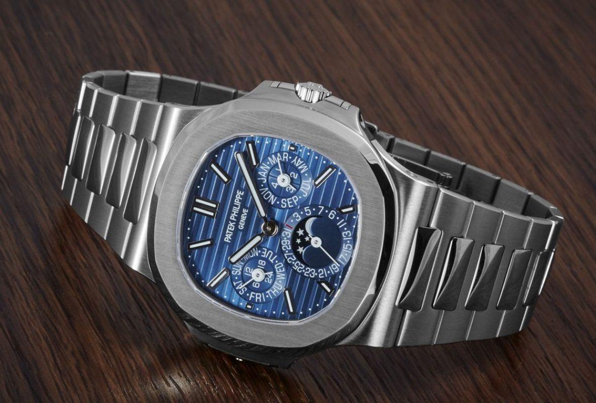 18K白金錶殼,錶徑40毫米,厚度8.42毫米,時、分、日期、星期、月份、閏年萬年曆、月相、24小時顯示、夜光指針及時標,240 Q自動上鍊機芯,厚度3.88毫米,PP印記,動力儲存38至48小時,藍寶石水晶玻璃鏡面及底蓋,防水60米,18K白金鍊帶,參考售價:NTD 3,622,000。