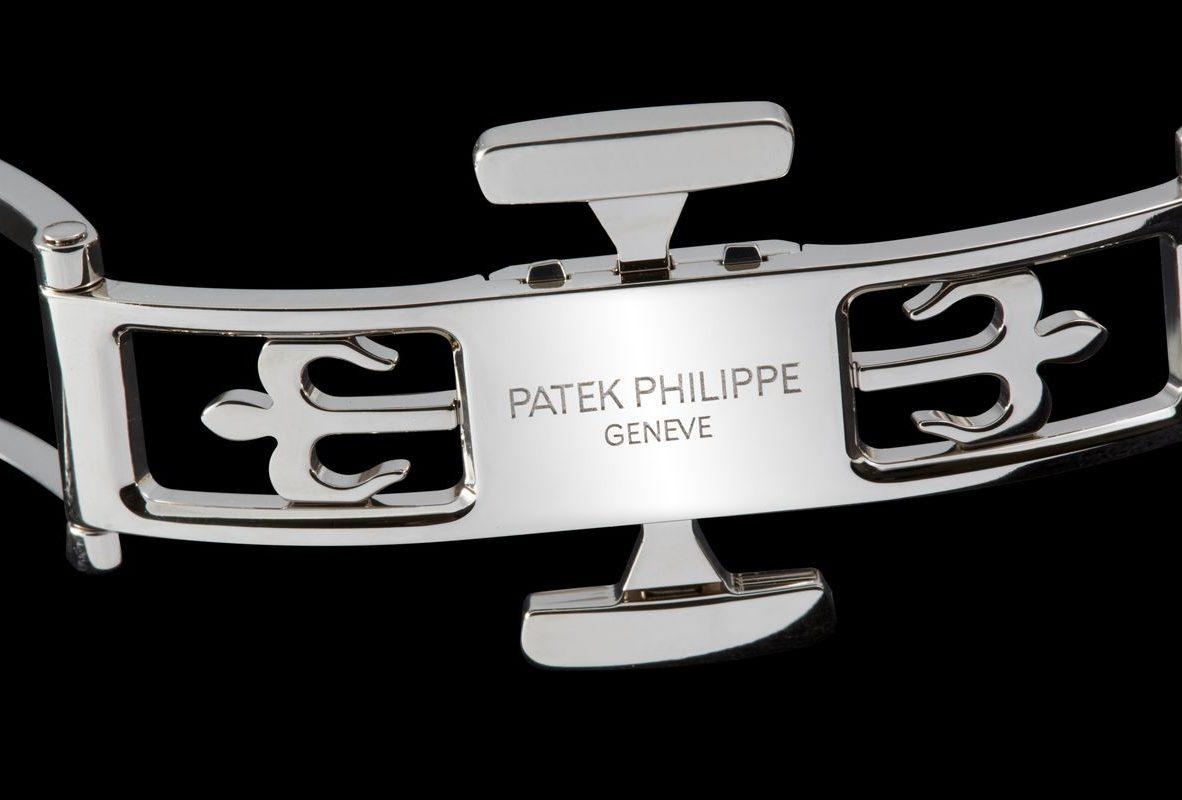 新型的專利摺疊扣具備四個獨立扣鉤,更加穩固。