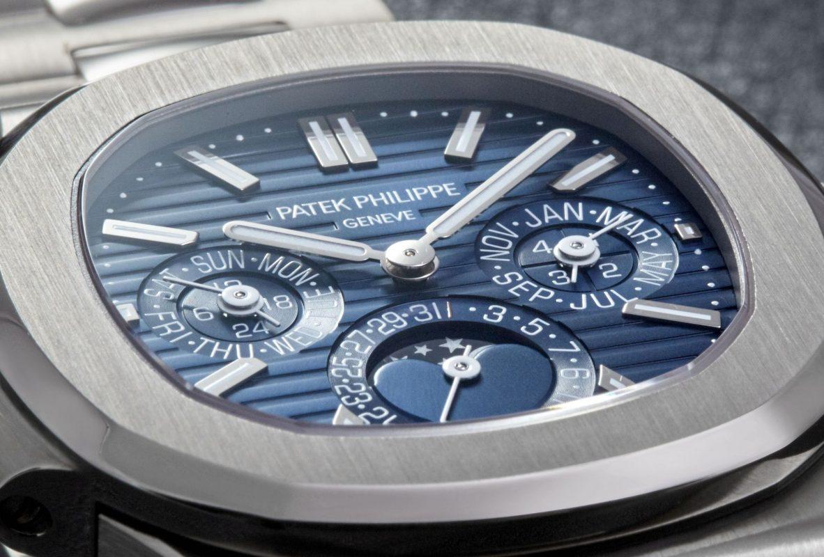 副錶盤經修飾更有立體感,與以往的萬年曆錶款有所不同。
