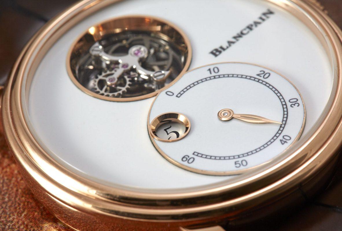 結合數字跳時、逆跳分針及飛行陀飛輪,大明火琺瑯錶盤富有層次。