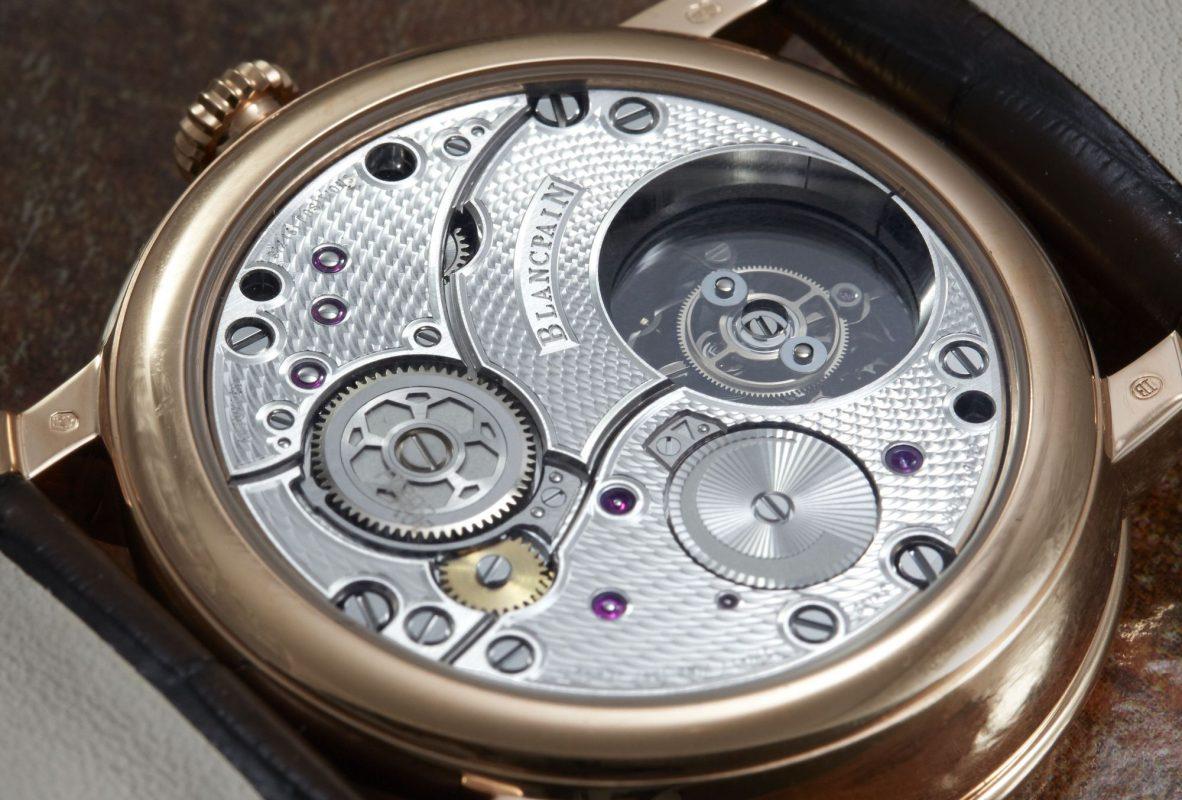 錶背夾板刻紋精緻,可用另一個角度觀賞飛行陀飛輪動態。