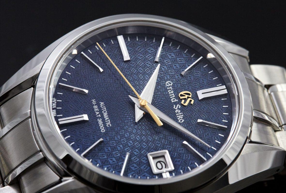 錶盤印有「G」、「S」及閃電標誌。
