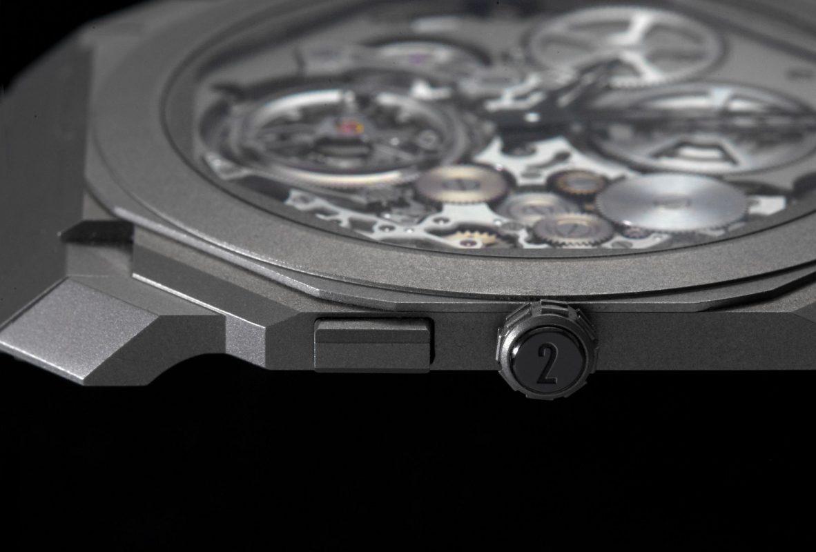 機芯連同錶殼僅僅3.95毫米,打破自動陀飛輪超薄紀錄。藉由錶冠旁的按把切換校時模式。