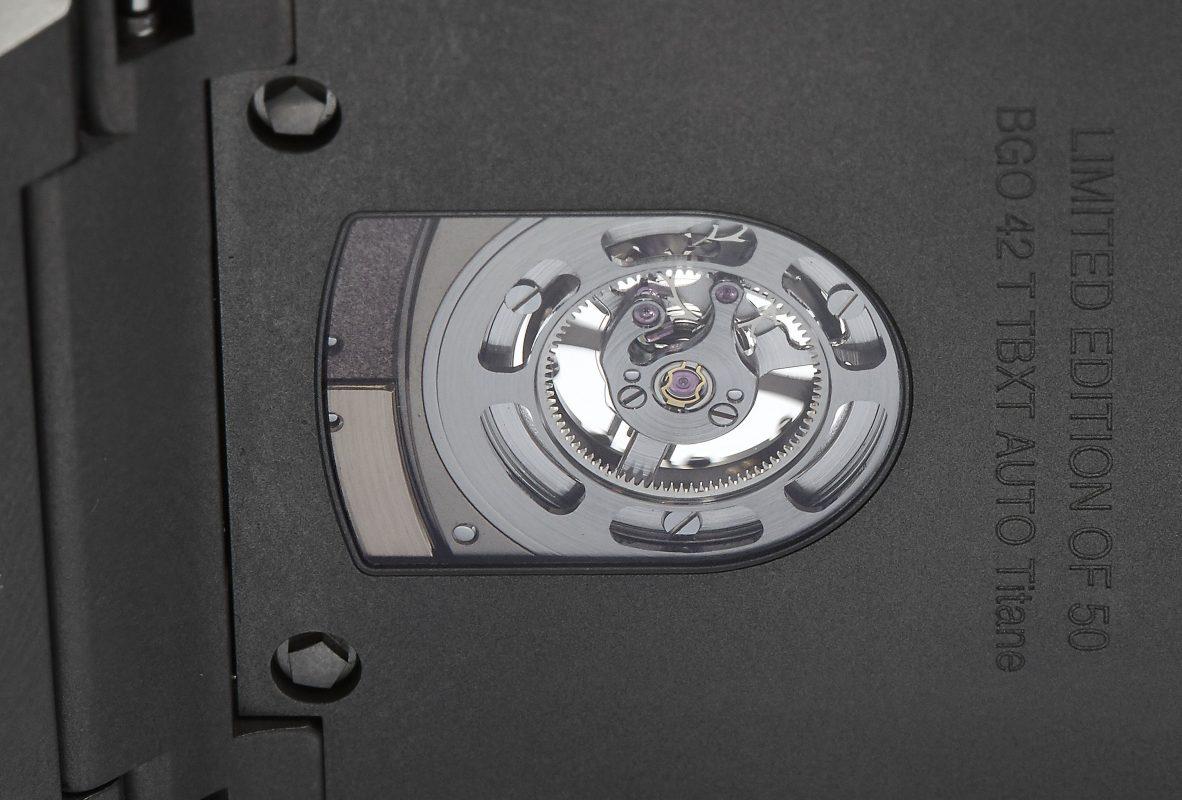 錶背視窗可見採雙材質的環形自動盤。
