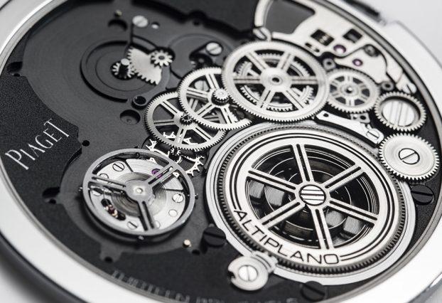 因為把錶殼當作機板,發條、輪系及擒縱裝置都可以直接裝備在錶殼上。
