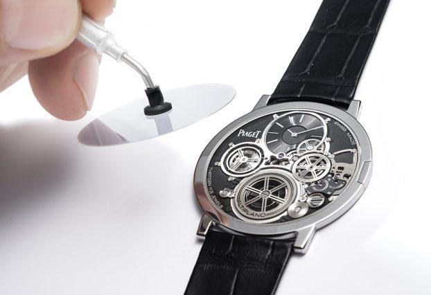 僅厚0.2毫米的藍寶石水晶玻璃鏡面以黏著劑固定在錶框內側,由於太過細緻,黏著劑的用量及裝配動作也是一項考驗。