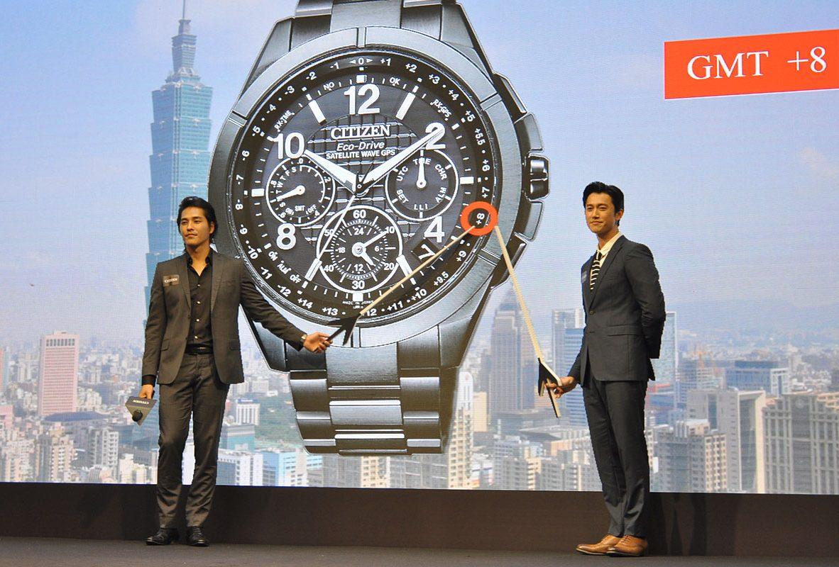 藍正龍(左)與吳慷仁指出GPS對時腕錶中台北的時區。