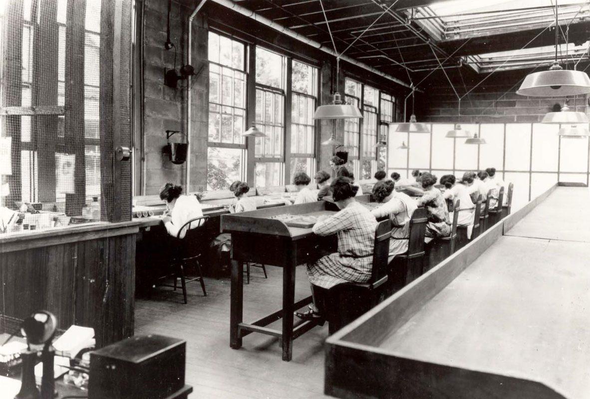 工廠中正將手錶錶面塗鐳的女工。圖片來源:維基百科。