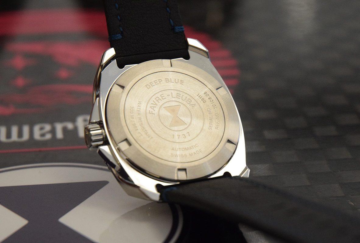 Raider Deep Blue 41毫米錶背,鐫刻品牌漏斗形Logo以及錶款名稱。