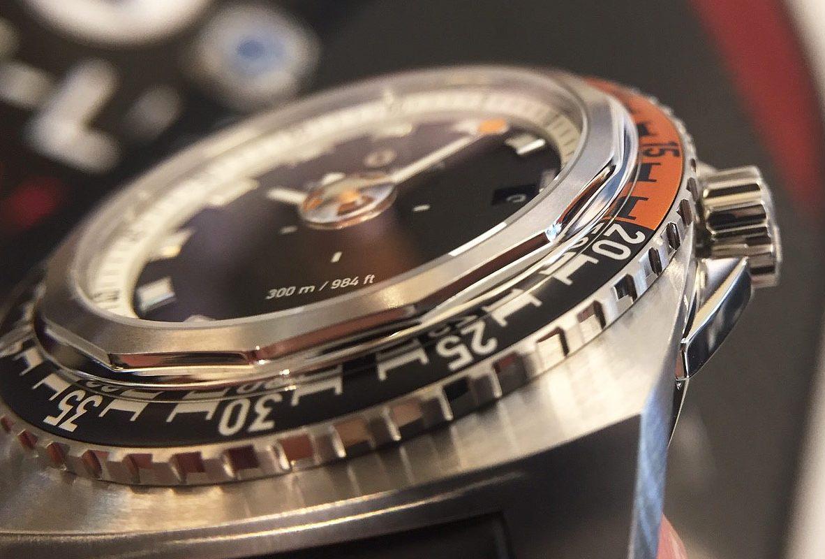 Raider Deep Blue 41的14邊形錶圈。