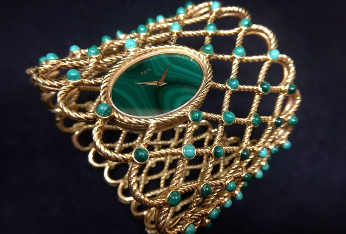 伯爵古董錶,產於1970年,以珠寶手鐲的概念製作具有時計,黃金材質,孔雀石錶盤,搭載9P手上鍊機芯。