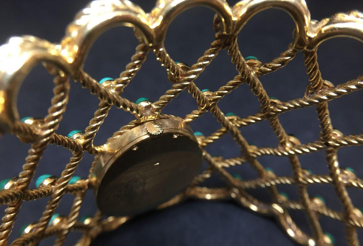 隱藏在手鐲底下的錶冠。