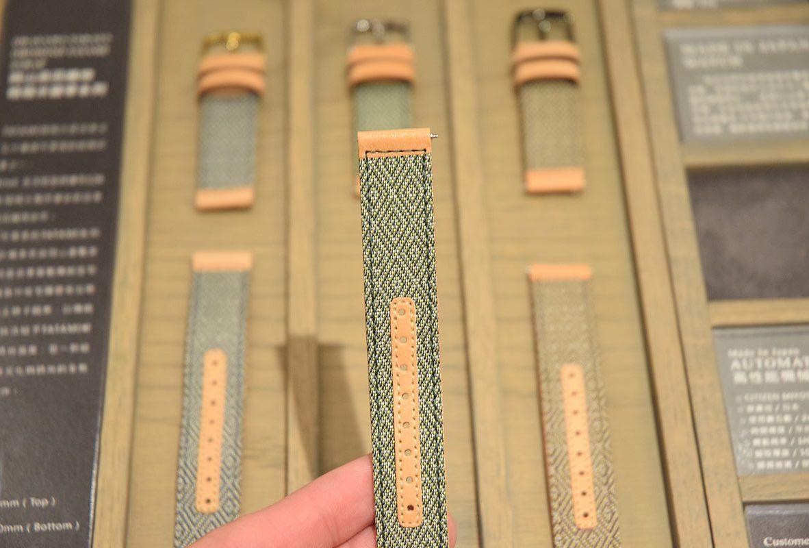 來自岡山縣倉敷市的高田織物所打造的榻榻米錶帶,圖案為住宅腰壁常出現的端正格子圖案。