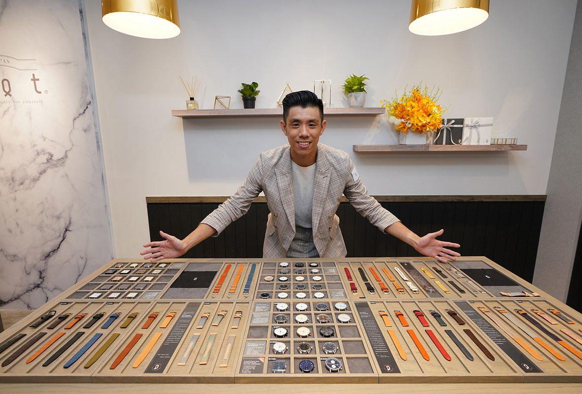 Knot代理商派迪爾鐘錶執行副總顧鈞堯展示Knot京站快閃店萬種商品自由搭配。