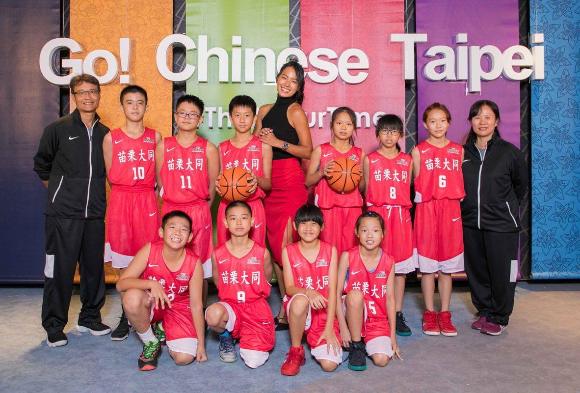 超級應援大使—王麗雅(中)帶領苗栗大同國小男女籃球隊選手接受天梭表集氣回饋活動。