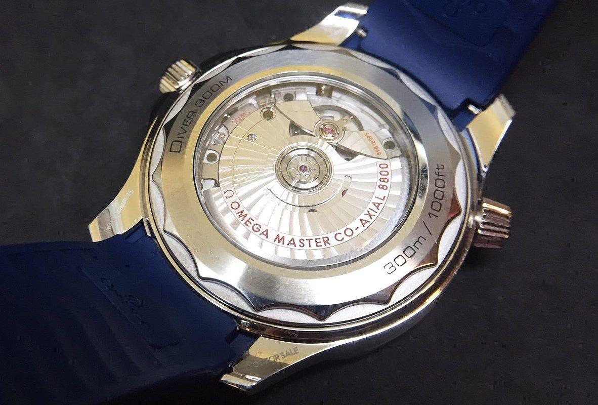 錶背能看到8800大師天文台機芯,動力儲存55小時。