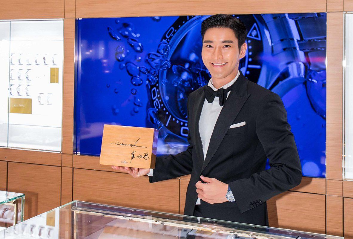 崔始源出席Omega台中大遠百名品店開幕,並在錶盒上簽名。