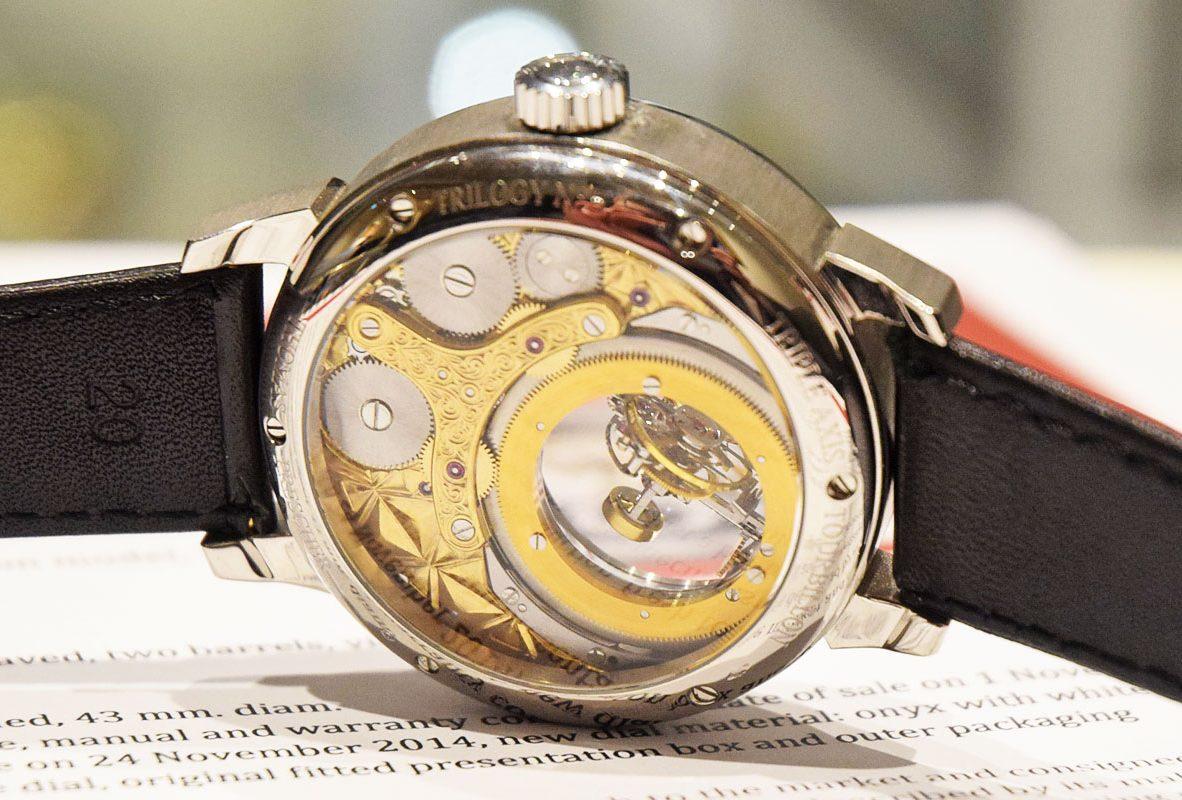 Thomas Prescher三軸陀飛輪腕錶錶背飾以不同紋路機刻雕花。