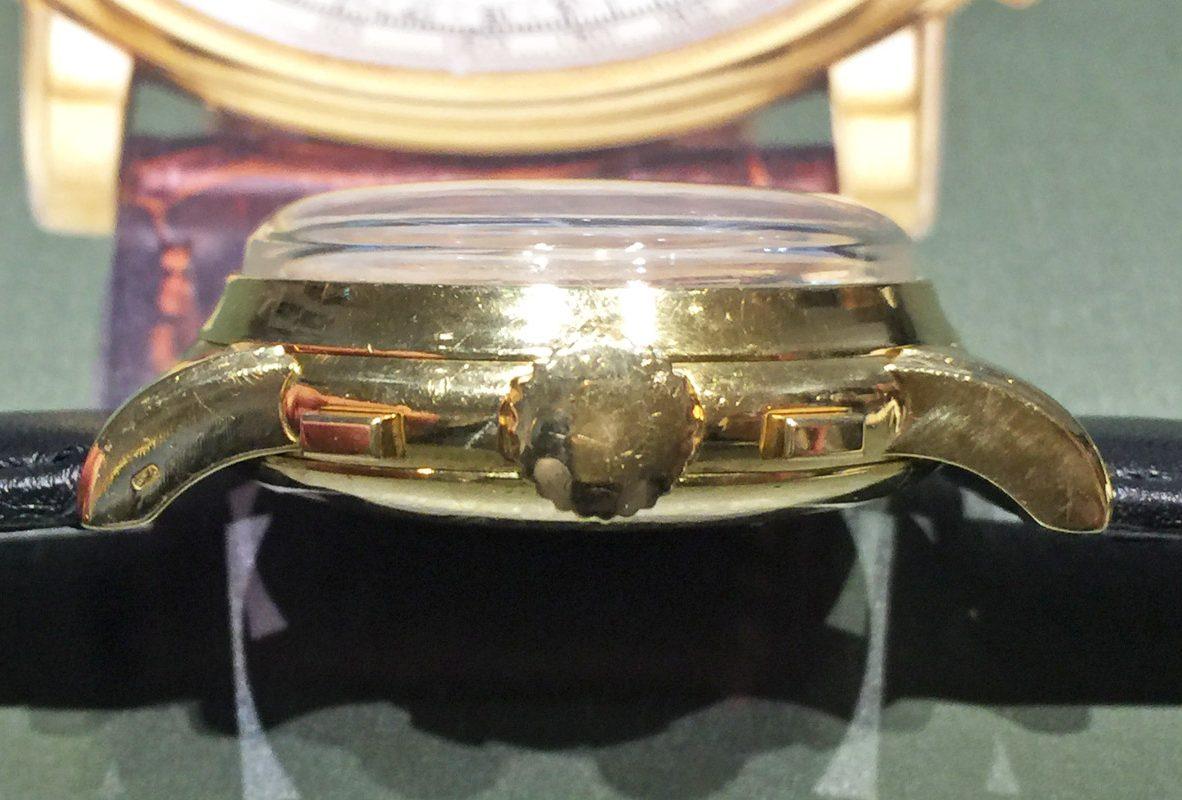 Ref. 2499腕錶從側面能看到相當厚實的拱形鏡面。