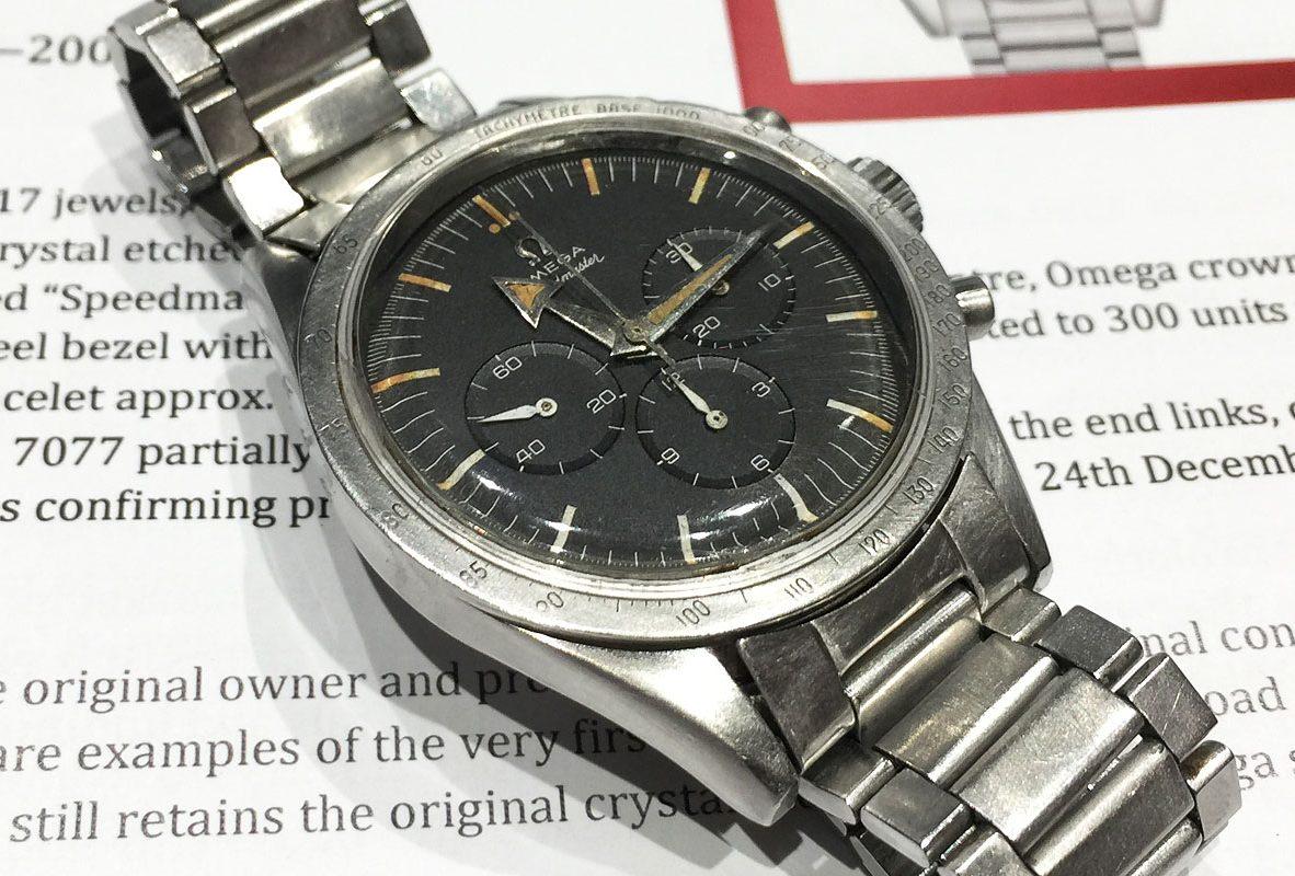 第一代Omega超霸腕錶,搭配闊箭形時針,內部搭載Cal. 321手動上鍊機芯。