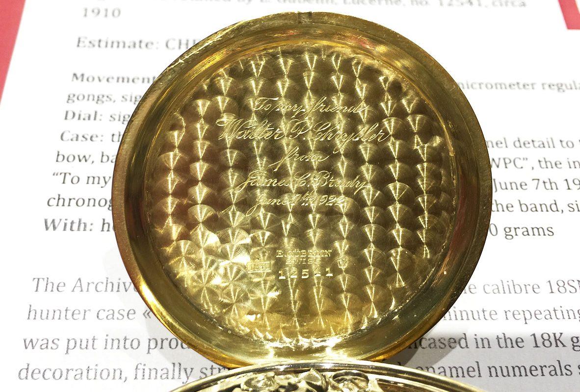 懷錶錶蓋內側飾以魚鱗紋,並鐫刻了Chrysler好友James Cox Brady捐贈這只懷錶給他的字樣。