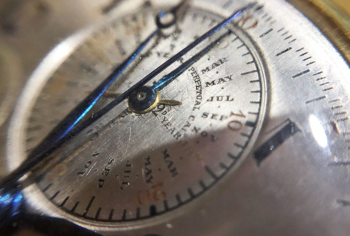 該枚Audemars Piguet懷錶具有9項複雜功能,圖中為雙追針及環狀月份指示。